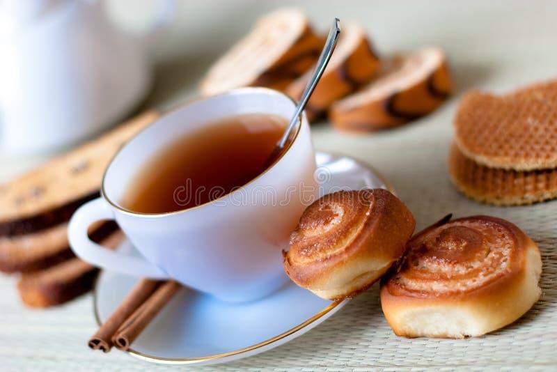 Thé avec des biscuits images libres de droits