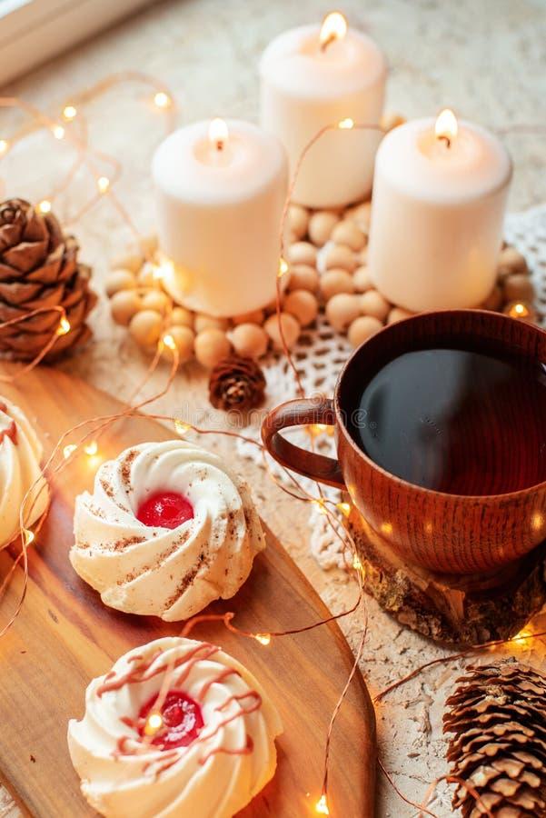 Thé avec des bonbons photo stock