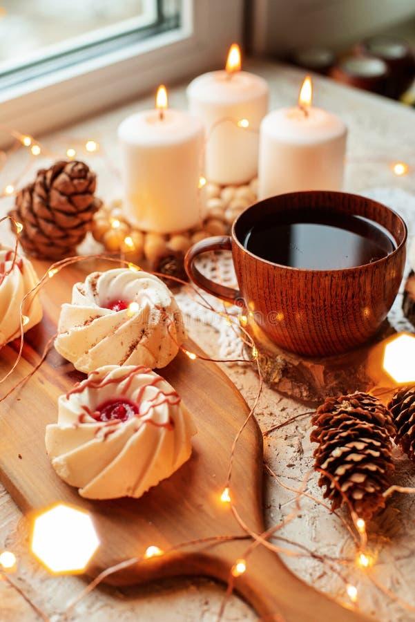 Thé avec des bonbons photos stock