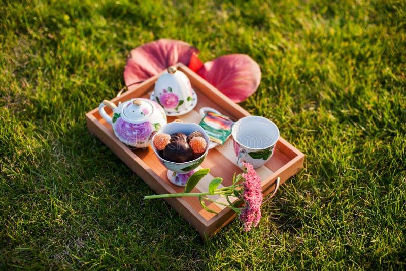 Thé avec des bonbons dehors images stock