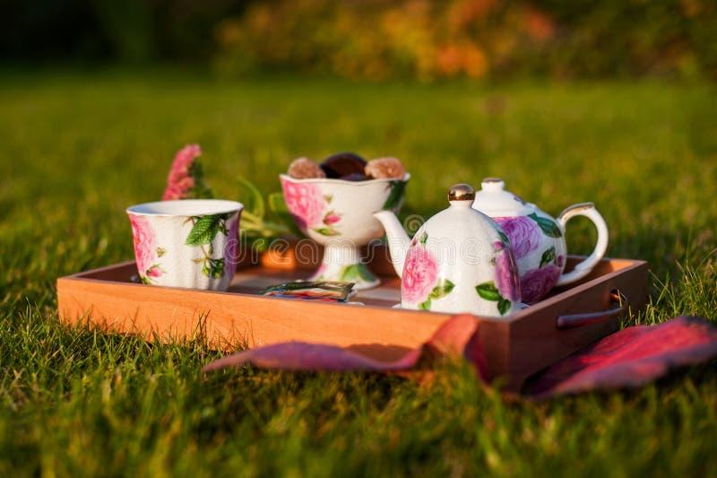 Thé avec des bonbons dehors photos stock