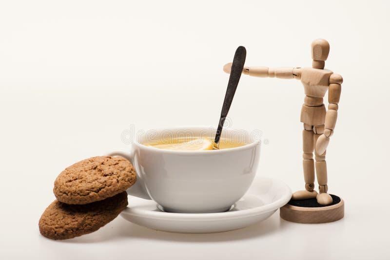 Thé avec des tranches de citron et cuillère comme aviron photo libre de droits