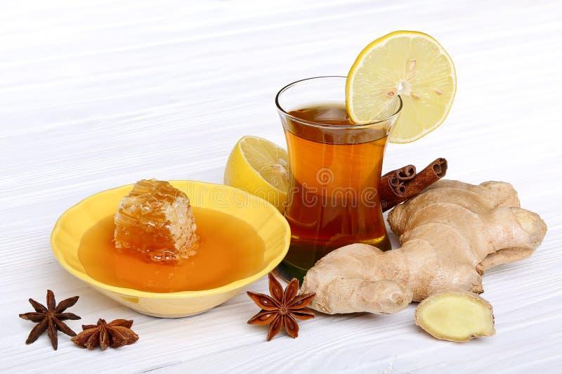 Thé avec du gingembre, le miel, le citron et les épices photographie stock