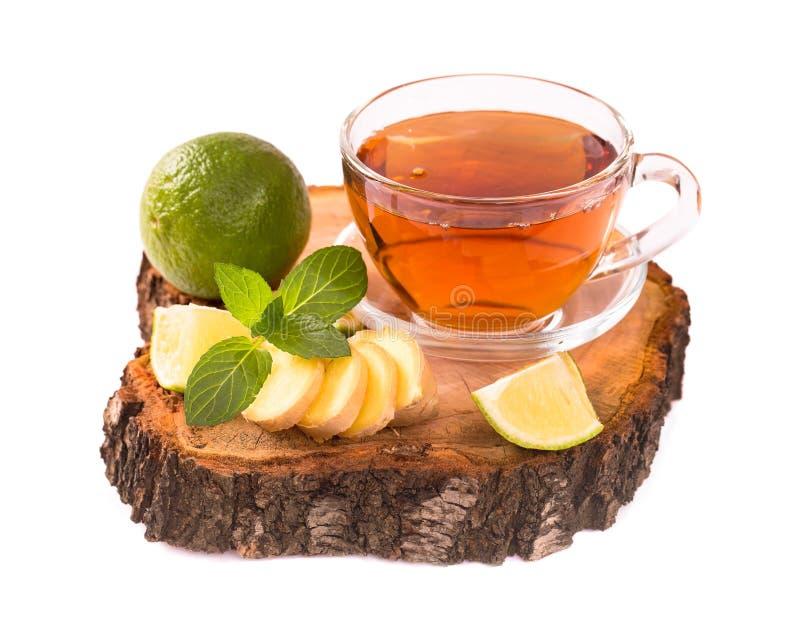 Thé avec la chaux et la menthe de gingembre d'isolement photo stock