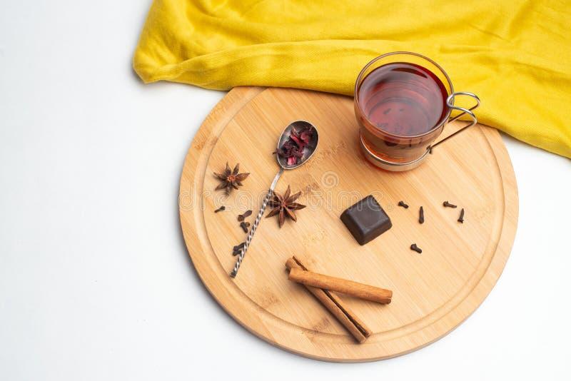 Thé avec la confiture et le chocolat pour le petit déjeuner photo libre de droits
