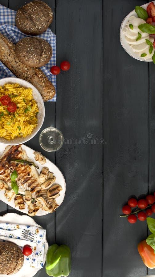 Thé avec la menthe fraîche dans une tasse blanche sur une serviette et un fond en bois noir Pain grillé sain de petit déjeuner av photographie stock libre de droits
