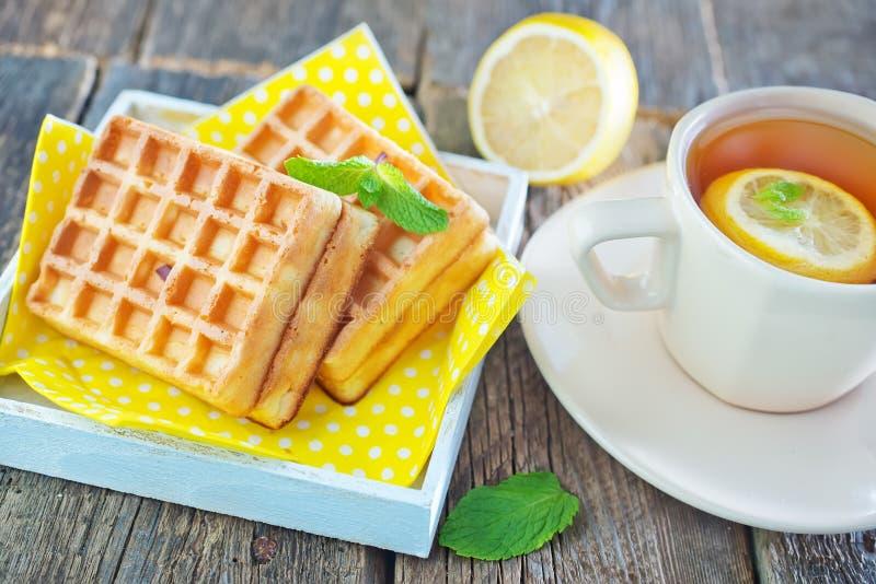 Thé avec le citron et la gaufre photographie stock libre de droits
