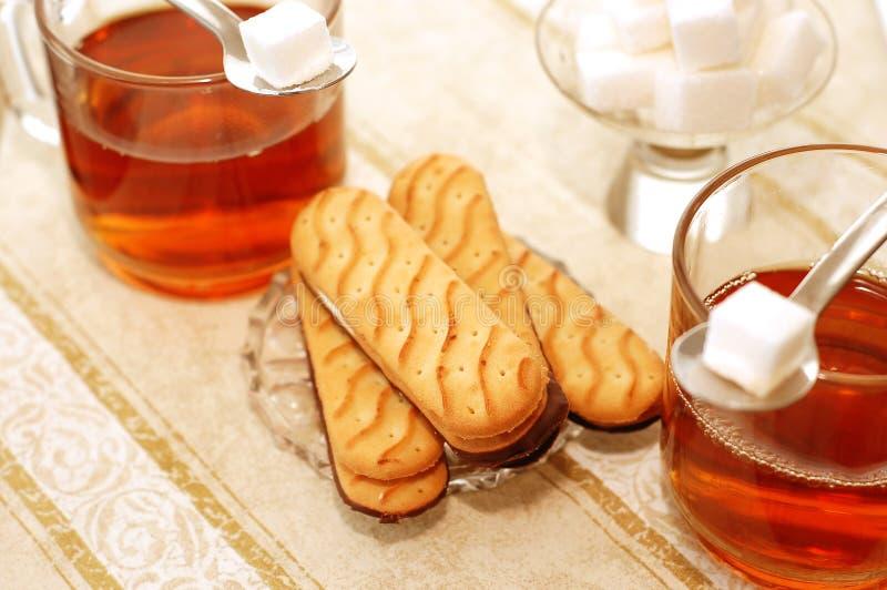 Thé avec les biscuits doux photo stock