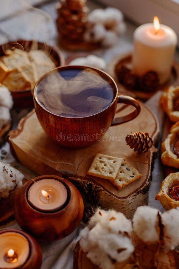 Thé chaud avec des bougies image libre de droits