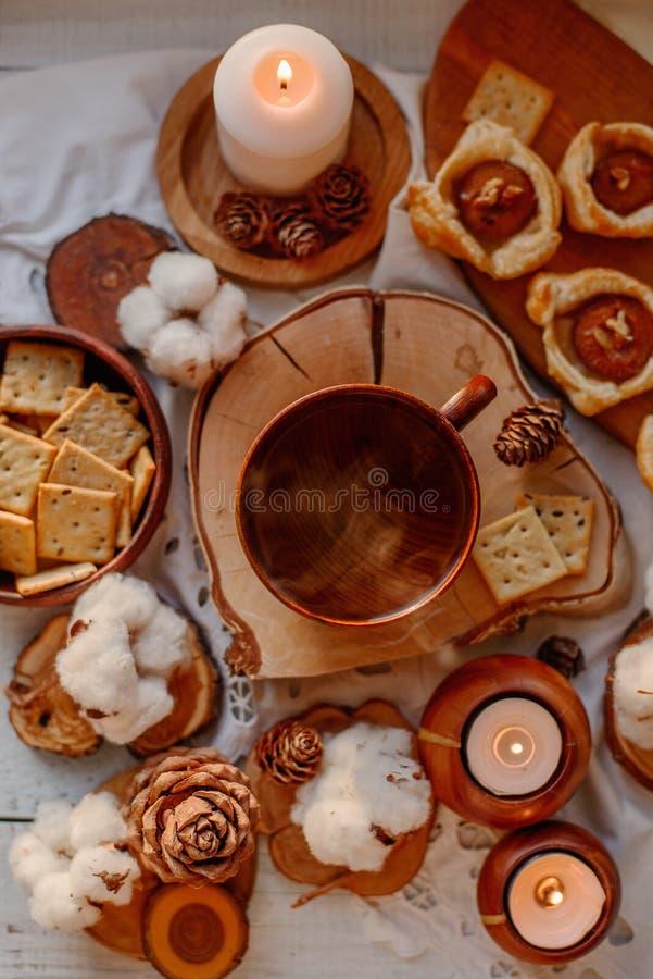 Thé chaud avec des bougies photo libre de droits