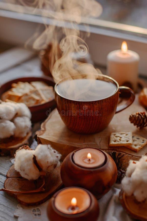 Thé chaud avec des bougies image stock