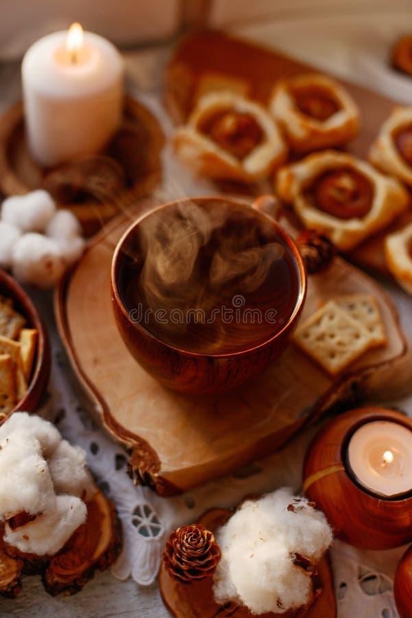 Thé chaud avec des bougies photographie stock libre de droits