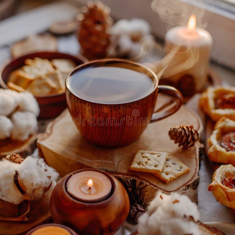 Thé chaud avec des bougies photos stock