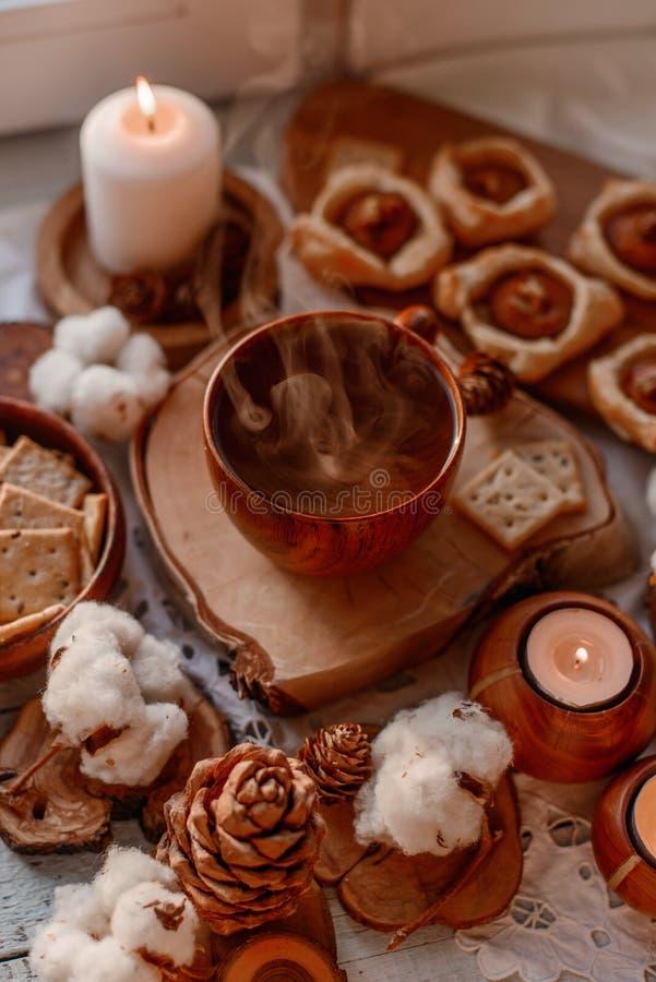 Thé chaud avec des bougies images libres de droits