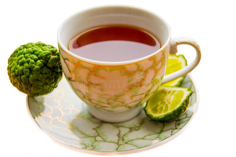 Thé chaud avec la bergamote sur le fond blanc dans le froid image stock