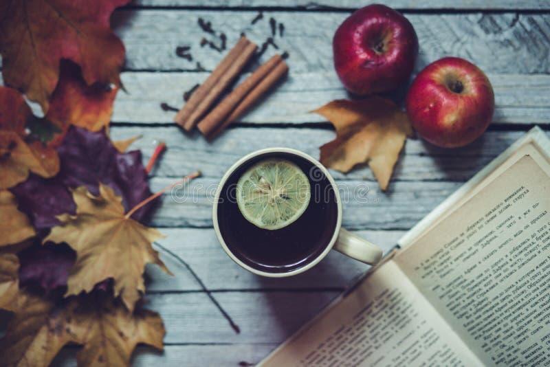 Thé chaud avec le citron en automne images stock