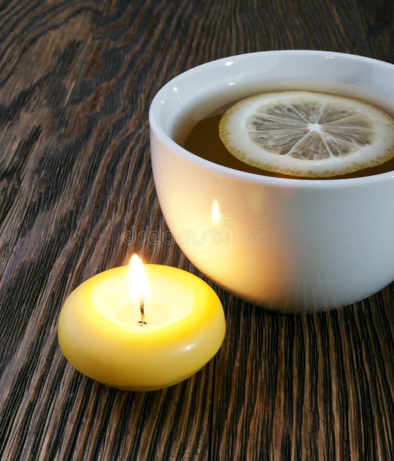 Thé chaud avec le citron et la bougie images stock