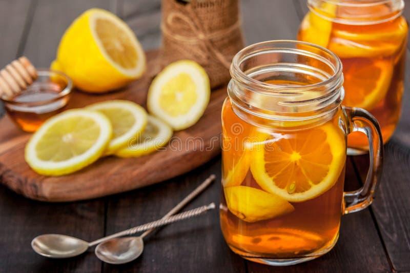 Thé chaud avec le citron et le miel naturel, le bon festin pour avoir des vitamines et l'immunité forte photographie stock