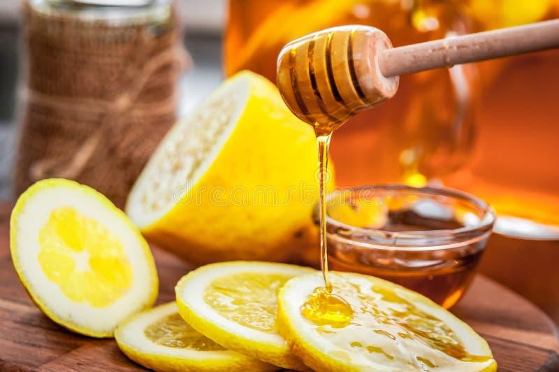 Thé chaud avec le citron et le miel naturel, le bon festin pour avoir des vitamines et l'immunité forte photos stock