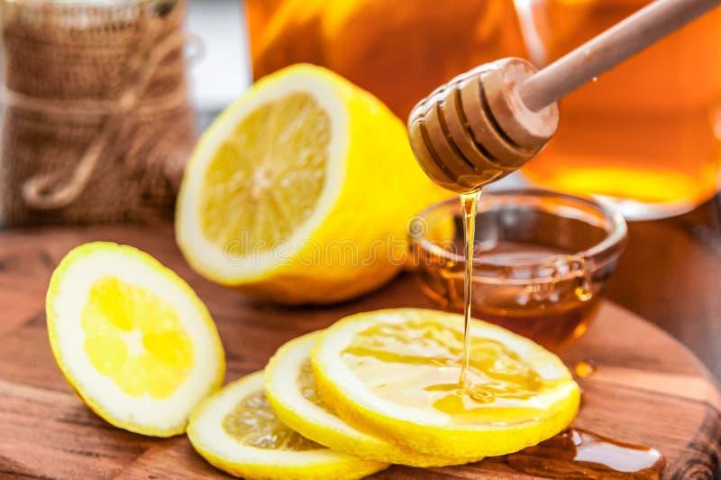Thé chaud avec le citron et le miel naturel, le bon festin pour avoir des vitamines et l'immunité forte photo libre de droits