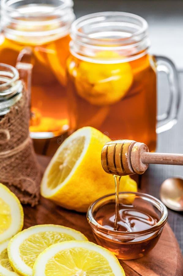 Thé chaud avec le citron et le miel naturel, le bon festin pour avoir des vitamines et l'immunité forte photographie stock libre de droits