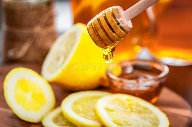 Thé chaud avec le citron et le miel naturel, le bon festin pour avoir des vitamines et l'immunité forte image stock