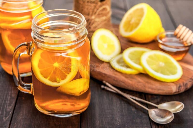 Thé chaud avec le citron et le miel naturel, le bon festin pour avoir des vitamines et l'immunité forte image libre de droits