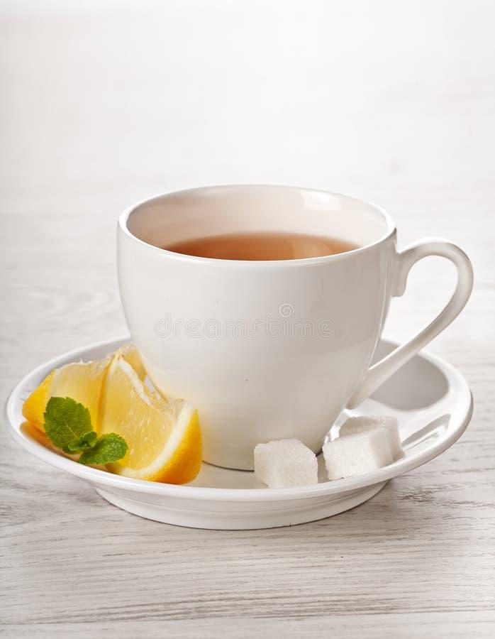 Thé chaud dans la tasse blanche photo stock