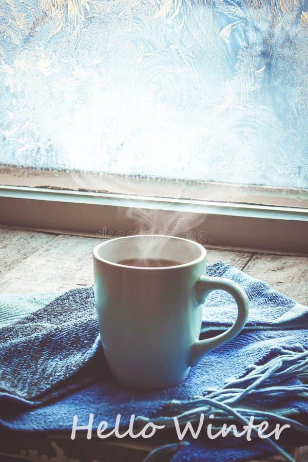 Thé chaud dans le pot près de la fenêtre Foyer sélectif images stock