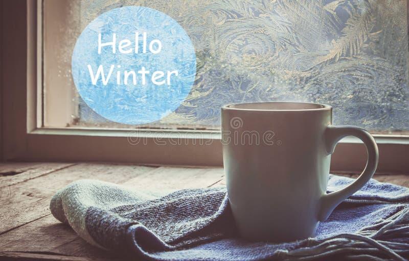 Thé chaud dans le pot près de la fenêtre Foyer sélectif image stock