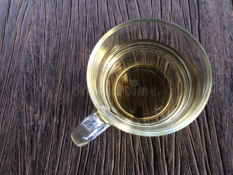 Thé chaud dans une tasse sur le fond en bois de table image libre de droits