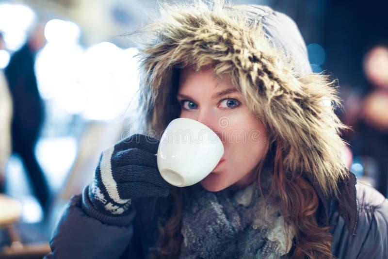 Thé chaud de boissons de femme extérieur à l'hiver photos libres de droits