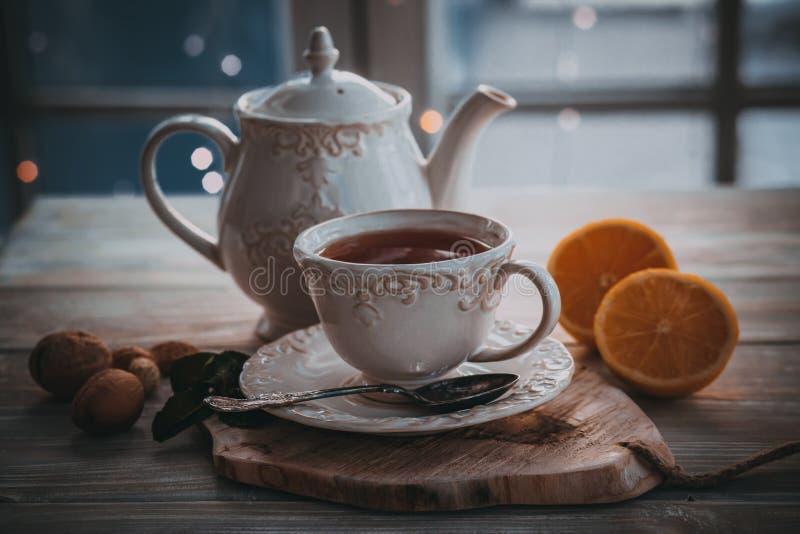 Thé chaud en hiver froid photo libre de droits