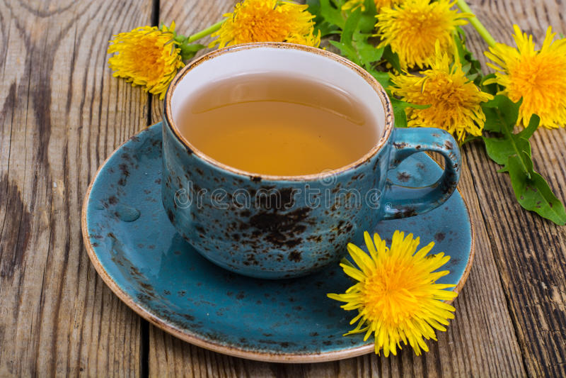 Thé chaud et miel parfumé des pissenlits dans une tasse bleue de vintage photo libre de droits