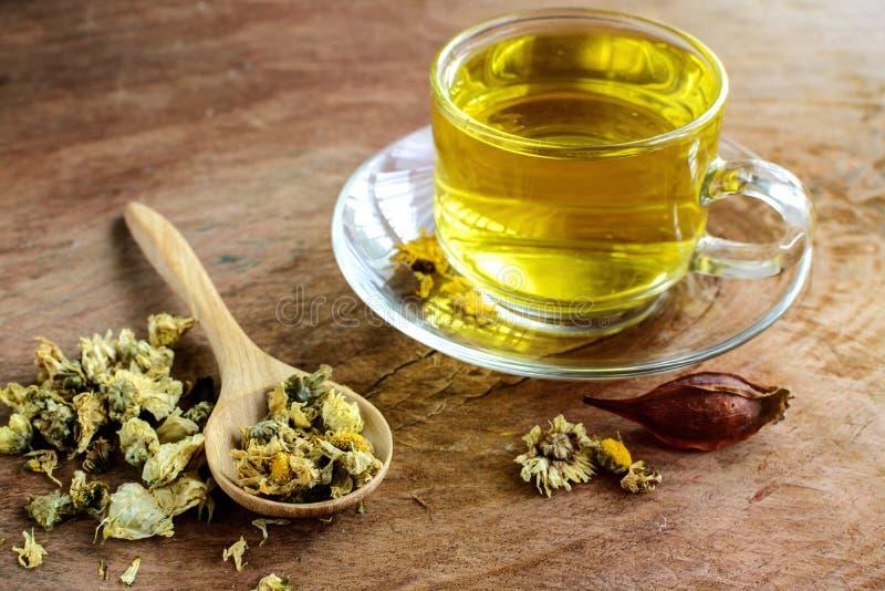 Thé chinois de chrysanthème sur vieil en bois image libre de droits