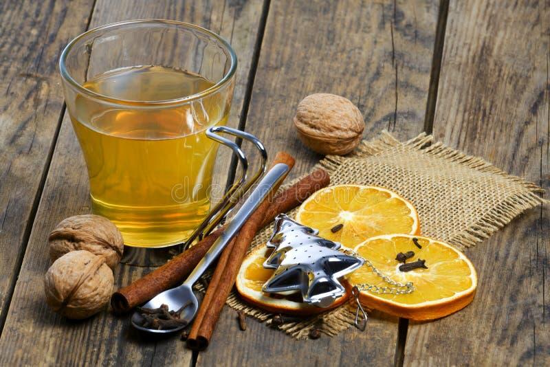 Thé délicieux de fruit autour de la table en bois. images libres de droits