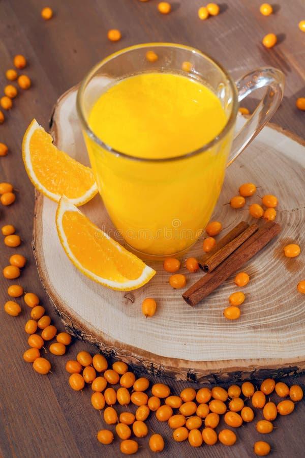 Thé d'argousier avec les oranges et la cannelle image stock