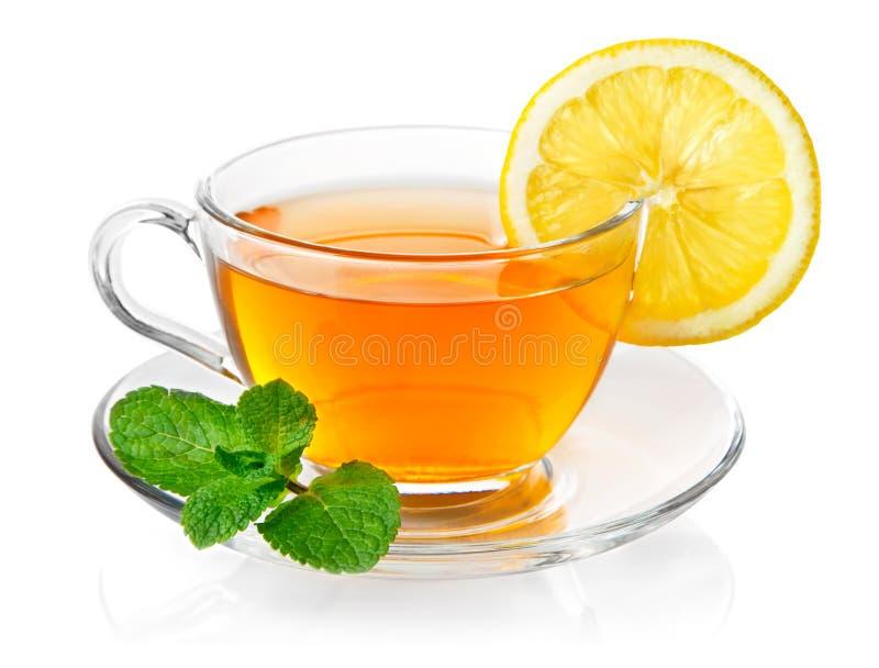 Thé dans la cuvette avec la menthe et le citron de lame image stock