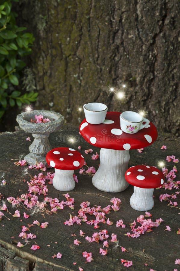 Thé dans la forêt avec des fées sur les champignons rouges photographie stock