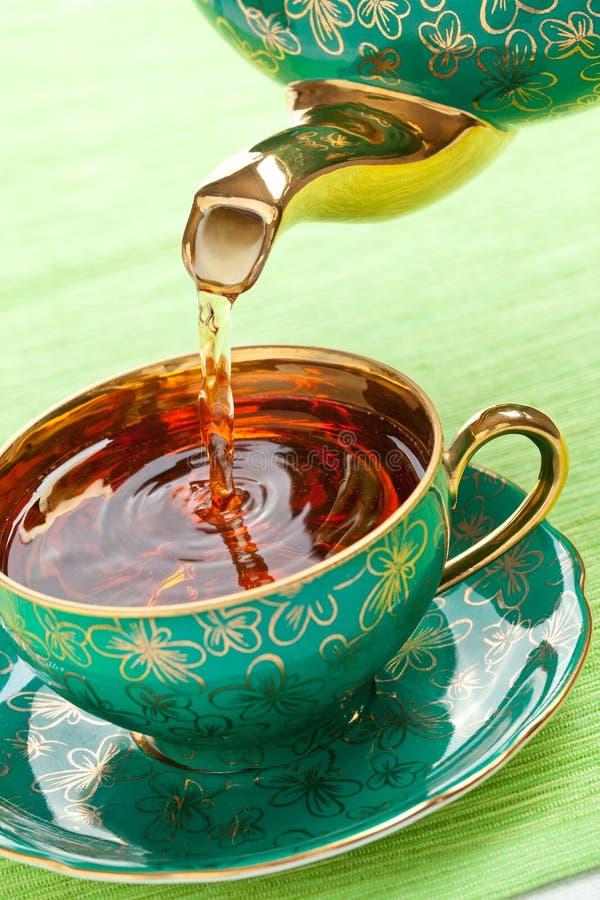 Thé dans la tasse antique de porcelaine photo stock