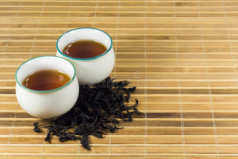 Thé dans la tasse avec la feuille de thé photos libres de droits