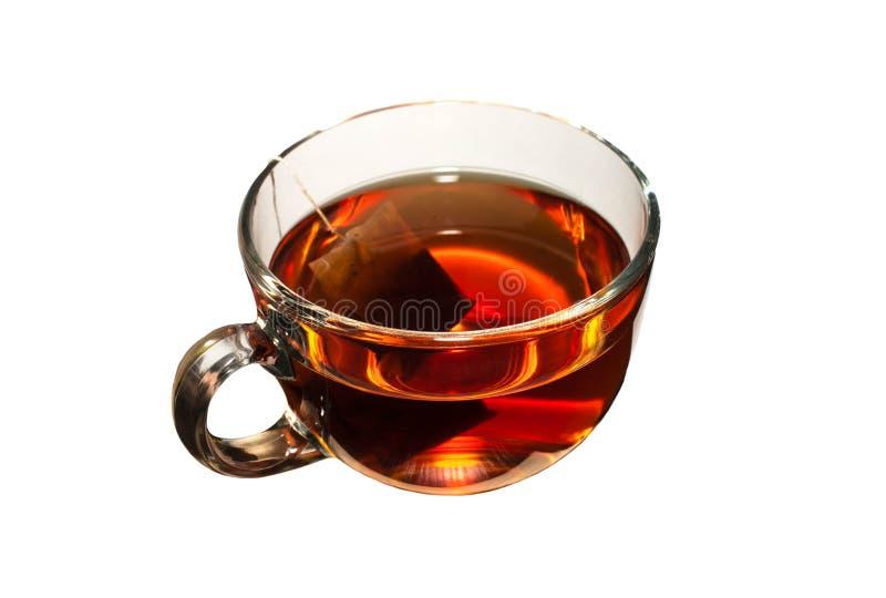Thé dans la tasse en verre sur le fond blanc d'isolement image stock