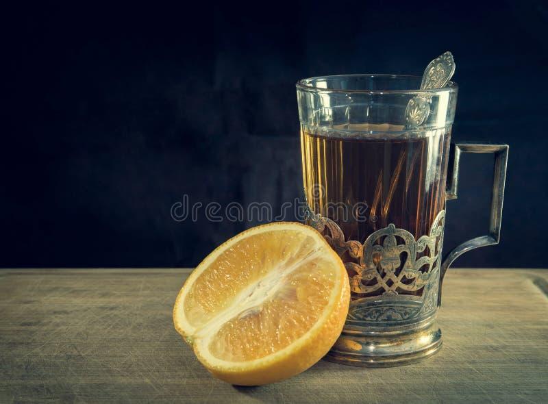 Thé dans la tasse et l'orange de vintage photographie stock