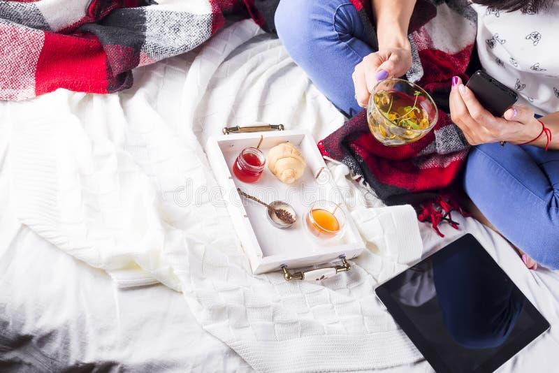 Thé dans le plateau avec la femme photographie stock