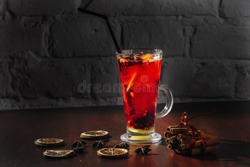 Thé de baie avec les groseilles, les framboises et les fraises fraîches Tasse avec des fruits et des baies photo libre de droits