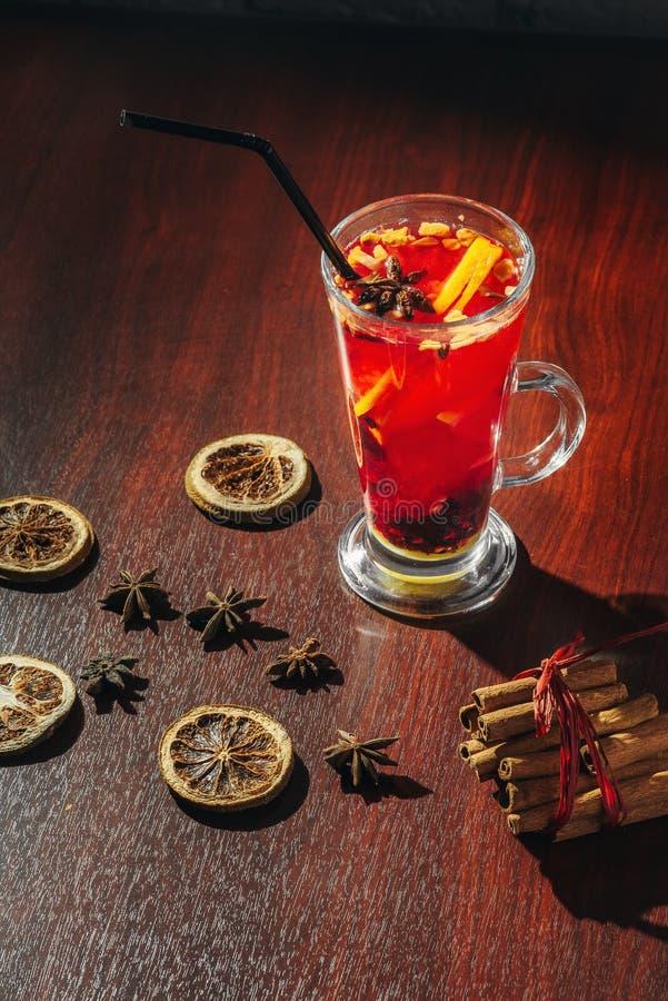 Thé de baie avec les groseilles, les framboises et les fraises fraîches Tasse avec des fruits et des baies image libre de droits