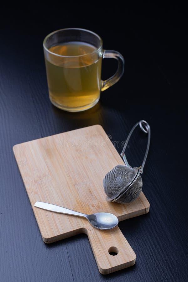 Thé de brassage sur une table noire Tasse avec une boisson chaude photos libres de droits