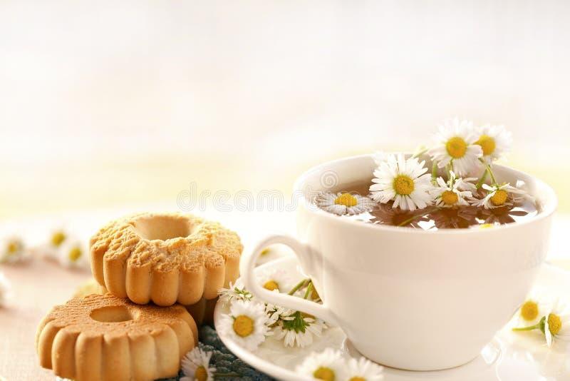 thé de camomille avec des biscuits photographie stock libre de droits
