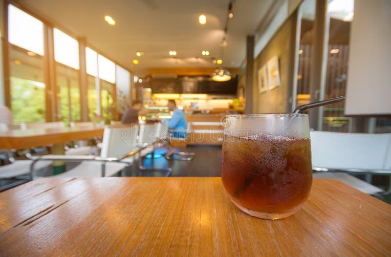 Thé de citron de glace à un café photo libre de droits