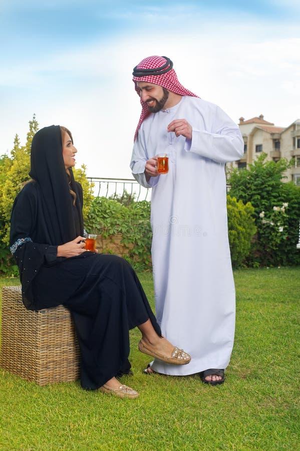 Thé de détente et potable de couples Arabes photo libre de droits